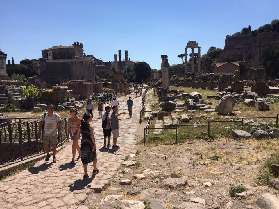 Forum Romanum fyllt av turister