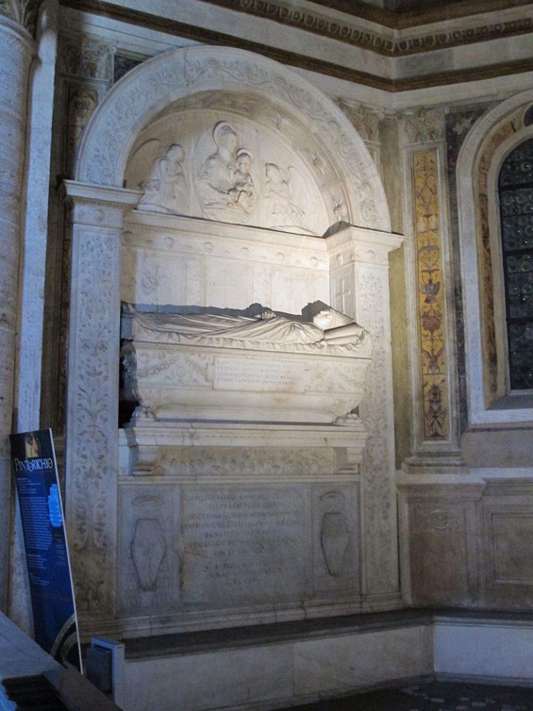 Kardinal Domenico della Roveres gravmonument i kyrkan Santa Maria del Popolo. Monumentet och all övrig marmorutsmyckning i kapellet är huggen av Andrea del Bregno. Freskerna är målade av Pinturicchio.
