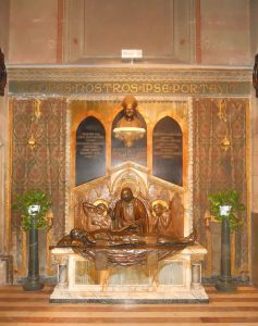 Padre Pietro Benedettis gravmonument, invigt 1932 av kardinal Bonaventura Ceretti.