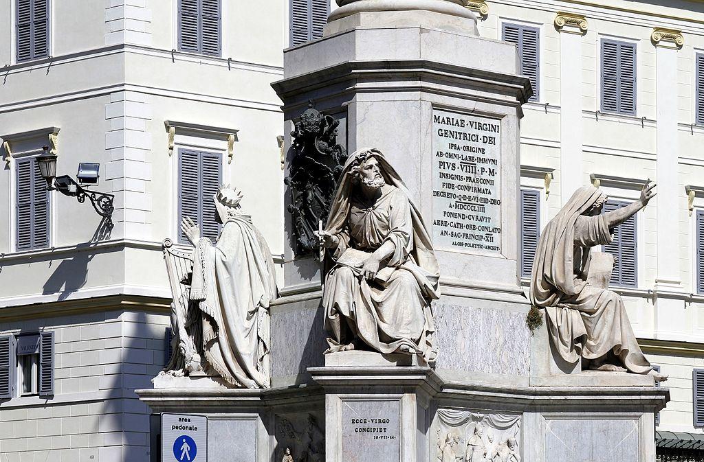 Sockeln med tre av de gammaltestamentli ga gestalterna; David, Jesaja, Hesekilel, samt Pius IXs vapensköld och inskription till minne av proklamerandet av dogmen