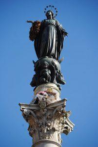 Den krönande statyn av Jungfru Maria