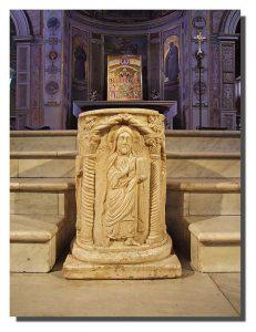Det medeltida brunnskaret som enligt traditionen huggits ut ur en av kolonnerna från Asklepiustemplet