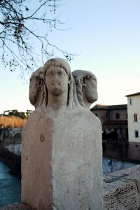 Hermskulpturen med de fyra huvudena